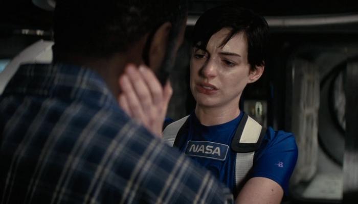 Amelia Brand (Anne Hathaway) spotyka doktora Romilly (David Gyasi) po powrocie z kilkugodzinnej wizyty na powierzchni planety, gdzie czas ulega spowolnieniu. Dla mężczyzny minęły dwadzieścia trzy lata. Kadr z Interstellar